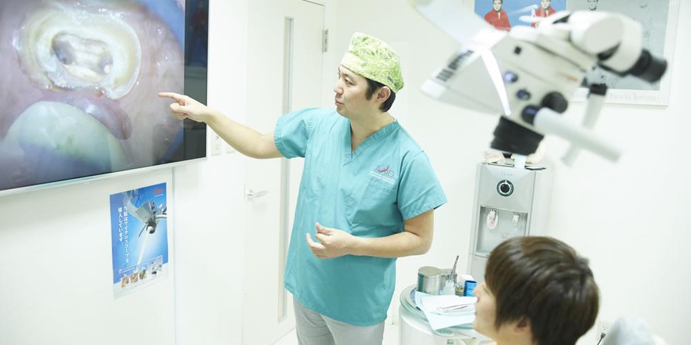 マイクロスコープを使用している歯科医院